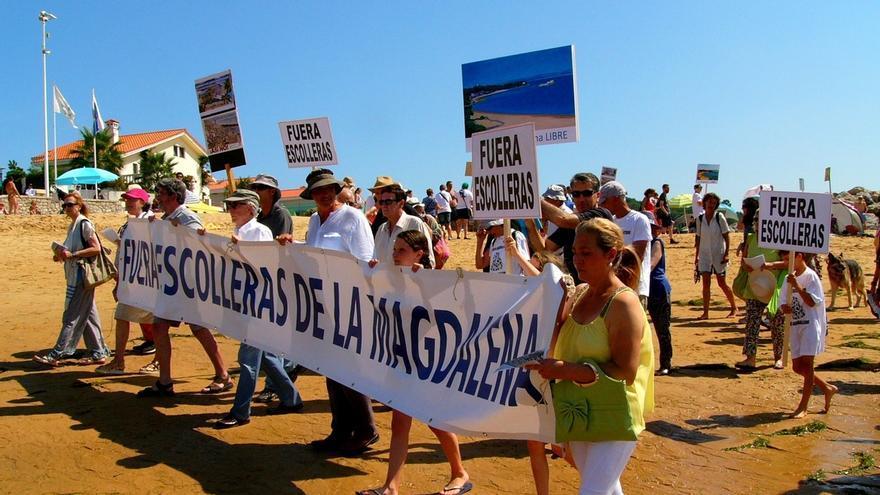 Celebrado un 'pasaplayas' para pedir la retirada de los diques de la Magdalena y Peligros