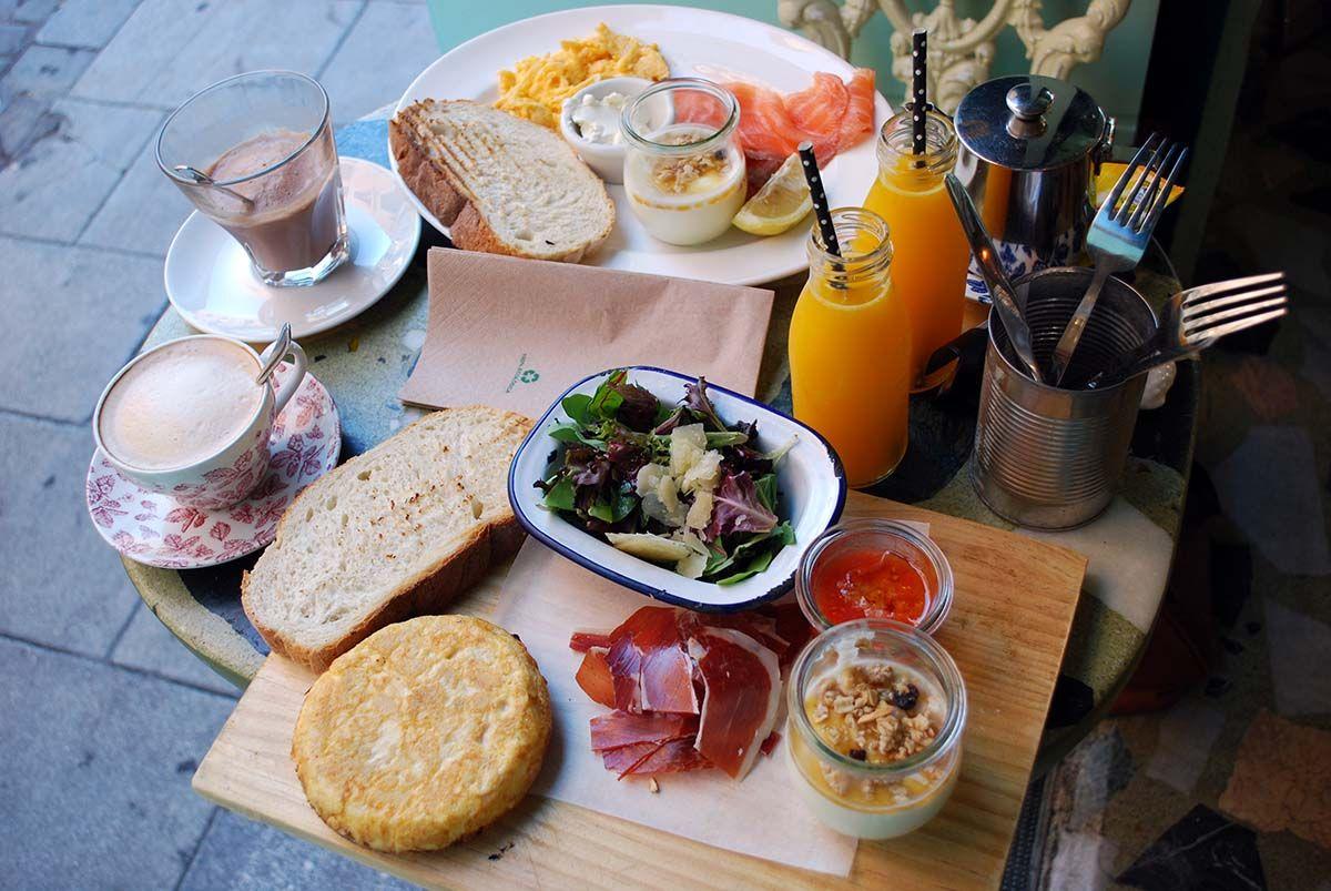 Mesita desayuno_Malasaña a mordiscos_OJalá