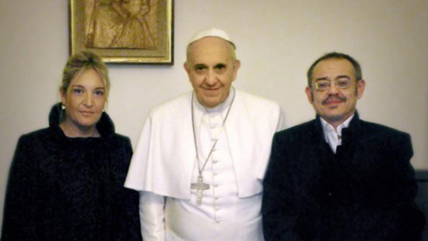 Diego Neria y su novia, Macarena, junto al papa Francisco