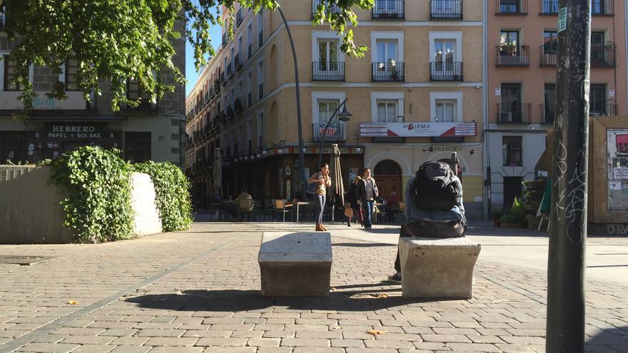 Bancos individuales en la plaza de Tirso de Molina