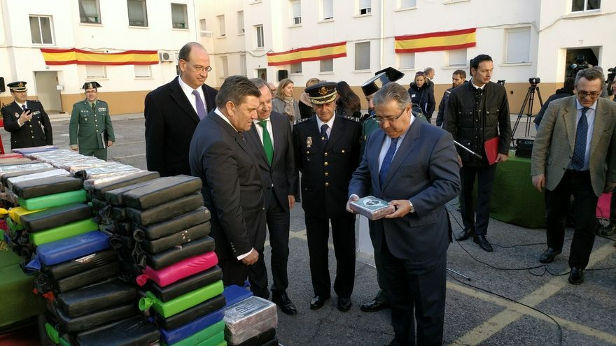 El ministro del Interior, José Ignacio Zoido, con uno de los paquetes de cocaína incautados en Valencia