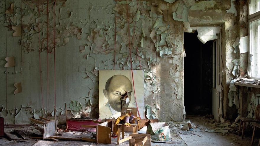 'Retrato de Lenin', Kindergarten (Prypiat). Octubre de 1997. Del libro 'Crecimiento y decadencia: Prypiat y la zona de exclusión de Chernóbil' (editorial Steidl)