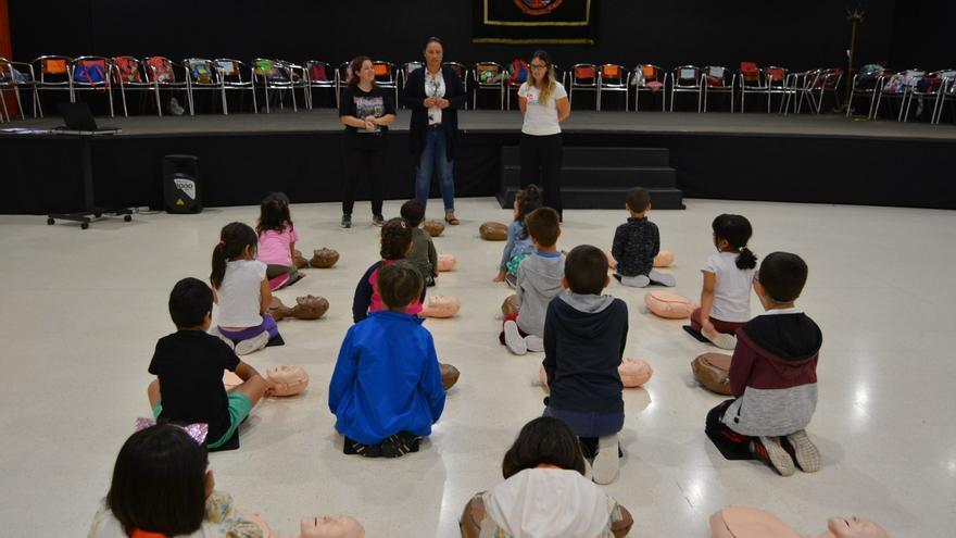 Carmen Brito con los niños y niñas.