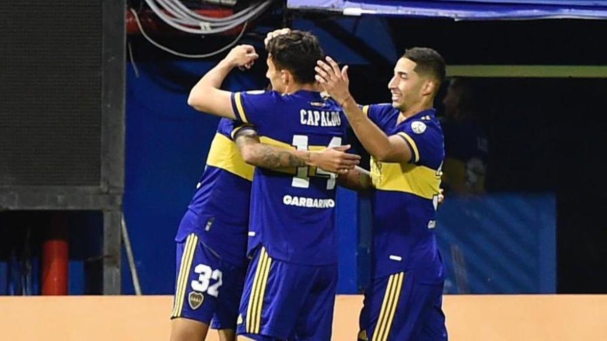 Todos abrazan a Agustín Almendra, autor del primer gol de Boca