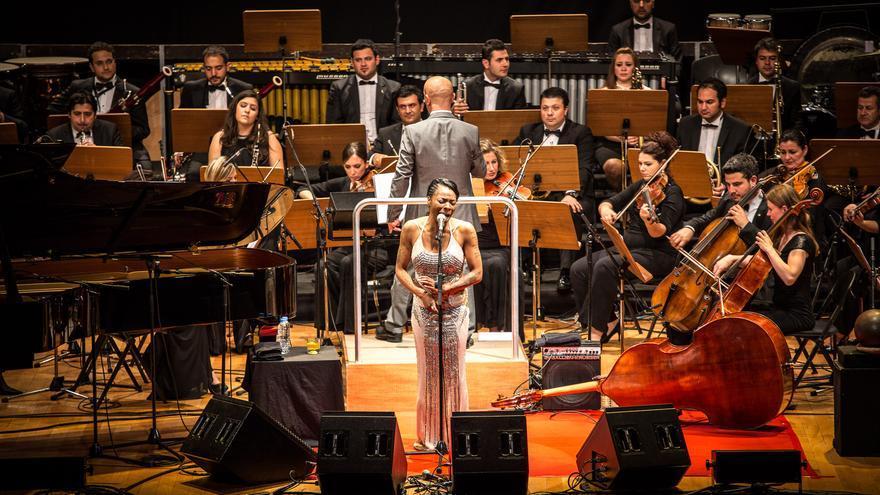 La voz de Concha Buika acaricia el Arrecife de las Músicas del Auditorio Alfredo Kraus.