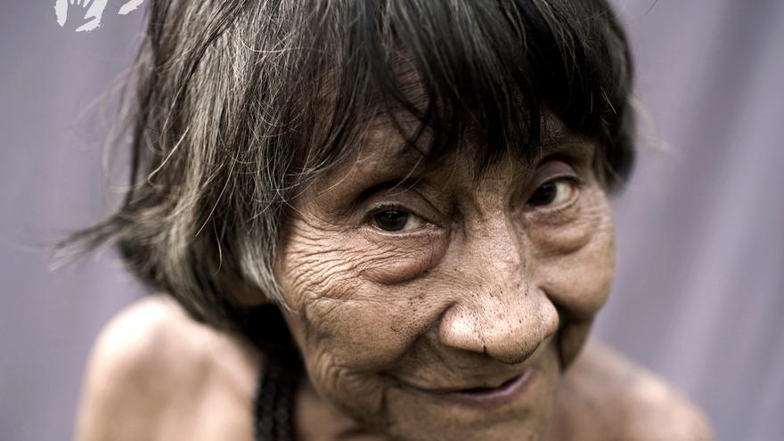 Las mujeres de las sociedades industrializadas todavía luchan por conseguir la igualdad con los hombres. Muchas de sus homólogas en las sociedades cazadoras-recolectoras, sin embargo, conocen desde hace tiempo la igualdad de género. La dependencia mutua de los alimentos que consigue cada uno de ellos (los hombres cazan y las mujeres recolectan) ha propiciado el desarrollo de sociedades igualitarias durante generaciones. Para las mujeres de la tribu de cazadores-recolectores awás, en la Amazonia brasileña, la sociedad igualitaria es lo normal. Los cazadores-recolectores hadzas, una tribu del norte de Tanzania, también tienen en alta estima la igualdad. Las mujeres hadzas disponen de una gran autonomía y participan de forma igualitaria a los hombres en los procesos de toma de decisiones. Y cuando los misioneros católicos llegaron a las orillas de la península de labrador-Quebec, en el noreste de Canadá, muchos quedaron horrorizados por el nivel de independencia y poder de las mujeres innus. En una Europa donde las mujeres eran vistas, por lo general, como inferiores a los hombres, las mujeres innus eran mucho más libres dentro y fuera del matrimonio y con frecuencia decidían dónde y cuándo acampar en sus largos viajes por las extensiones subárticas de su tierra natal, Nitassinan./