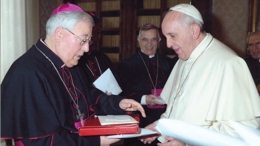 Reig Pla entregó al Papa Francisco un dossier con información sobre las terapias homófobas que se llevaban a cabo en Alcalá.