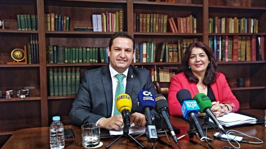 José Julián Mena, alcalde de Arona, y Raquel García, concejala de Hacienda, este jueves