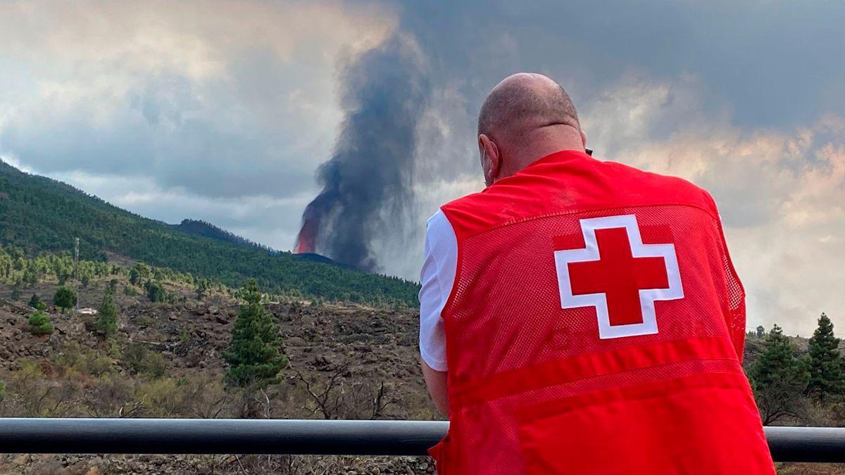 Personal de Cruz Roja ante el volcán de La Palma.
