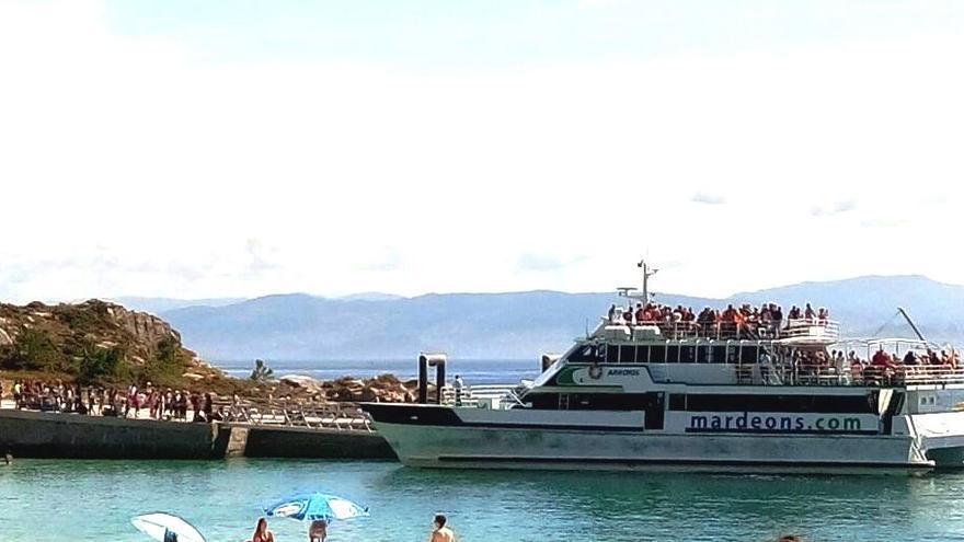 Barco atracado en las islas Cíes este viernes 18 de agosto