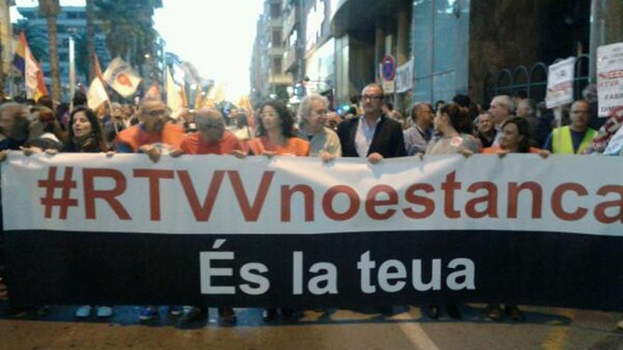 Miles de manifestantes se manifiestan contra el cierre de Canal 9