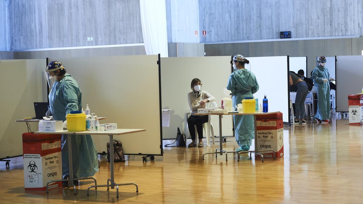 Centro de vacunación masiva instalado en el Palacio de Exposiciones y Congresos de Santander.