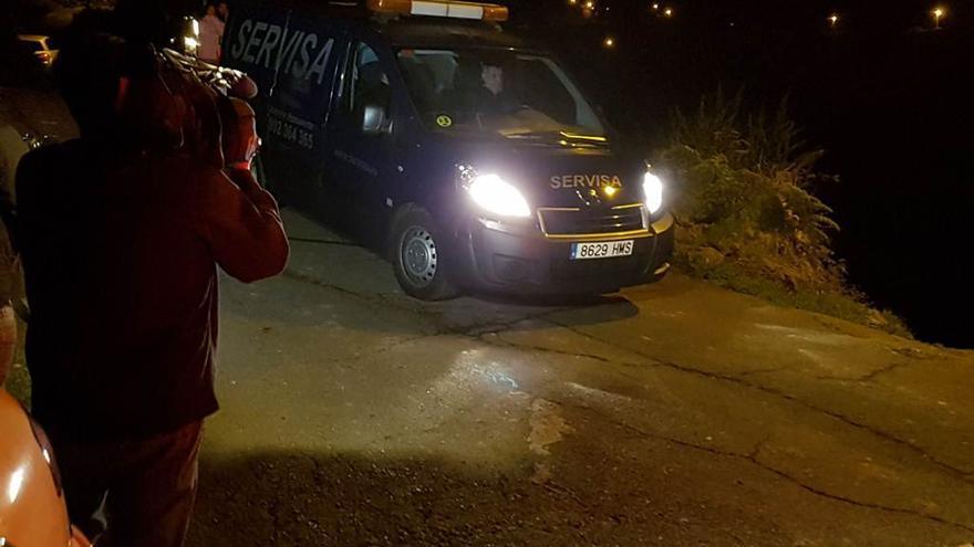 Los servicios funerarios trasladan el cadáver de la mujer asesinada en la noche de este viernes en Los Realejos