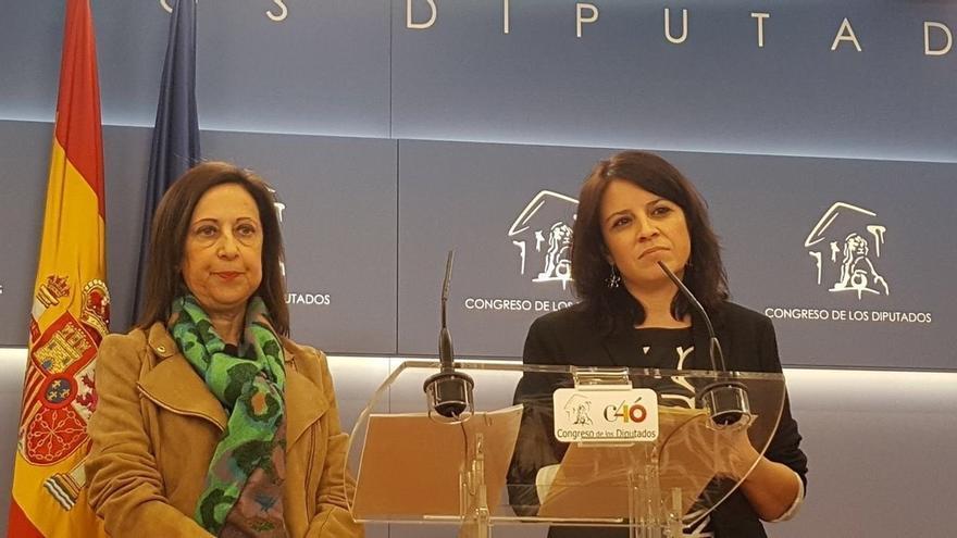 La ministra Margarita Robles, y la nueva portavoz socialista en el Congreso, Adriana Lastra