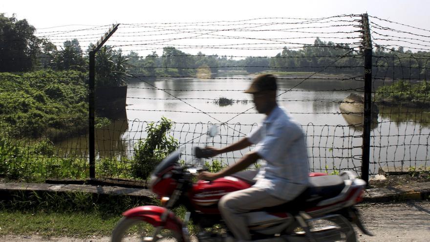 En la frontera indo-bangladeshí está una de las vallas más largas del mundo