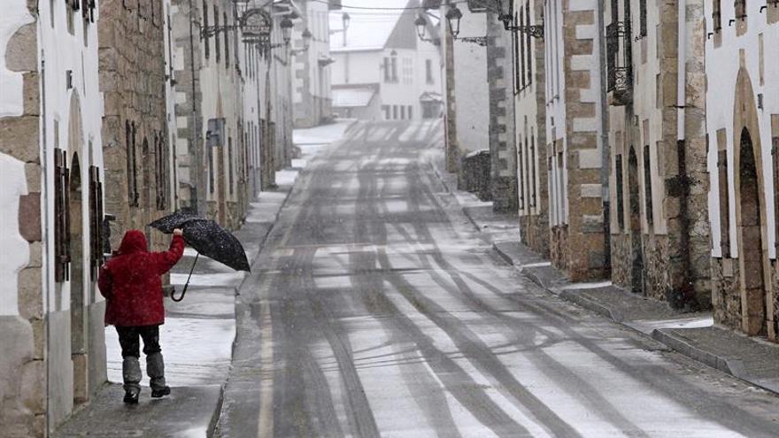 La nieve obliga a llevar cadenas en carreteras secundarias de Navarra