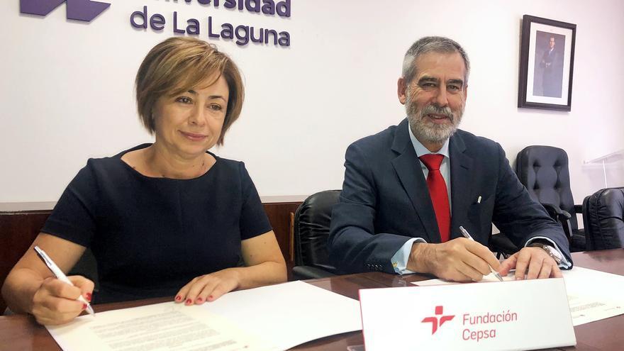 La rectora del centro académico, Rosa Aguilar, y el director de Cepsa en Canarias, José Manuel Fernández-Sabugo.