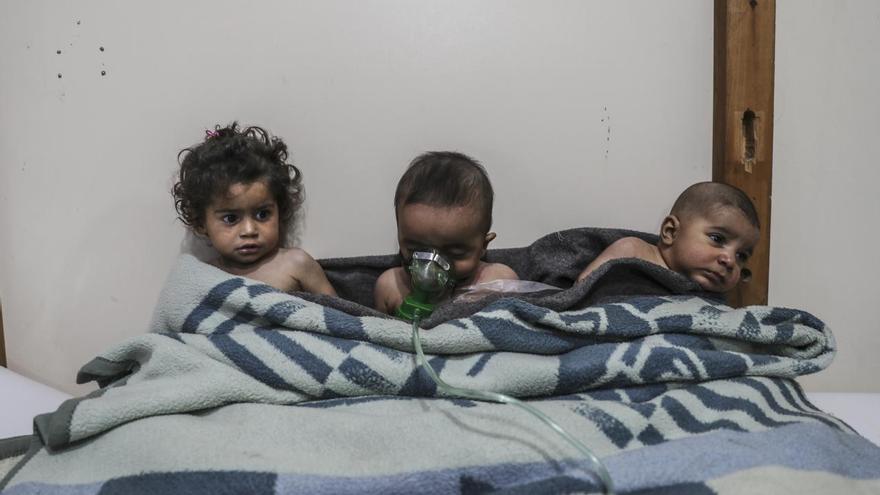 © Mohammed Badra, European Pressphoto Agency. 'Syria, No Exit', serie ganadora del segundo premio en le categoría 'Spot news'. Niños reciben tratamiento después de un ataque con cloro en la aldea de al-Shifunieh, Ghouta oriental, (Siria).