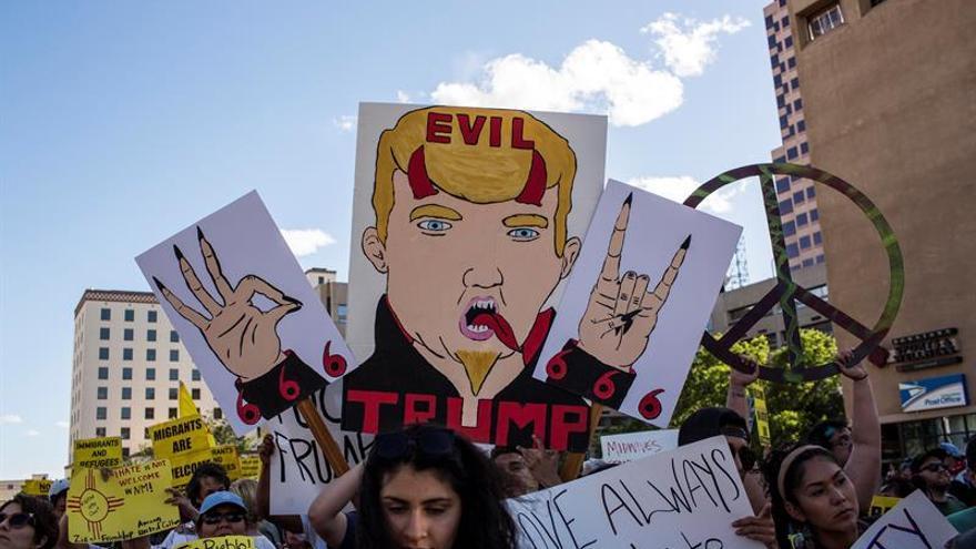 Manifestantes lanzan rocas contra la Policía en un mitin de Trump en Nuevo México