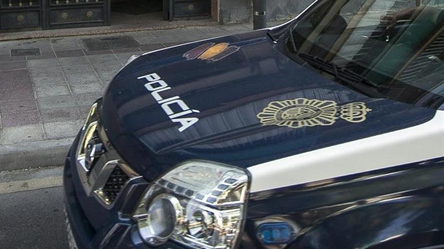 Imagen de archivo un coche de la Policía Nacional, frente a una vivienda en la que se produjo un episodio de violencia machista.