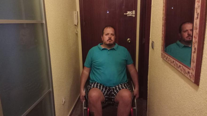Daniel Agulló en la puerta de su casa