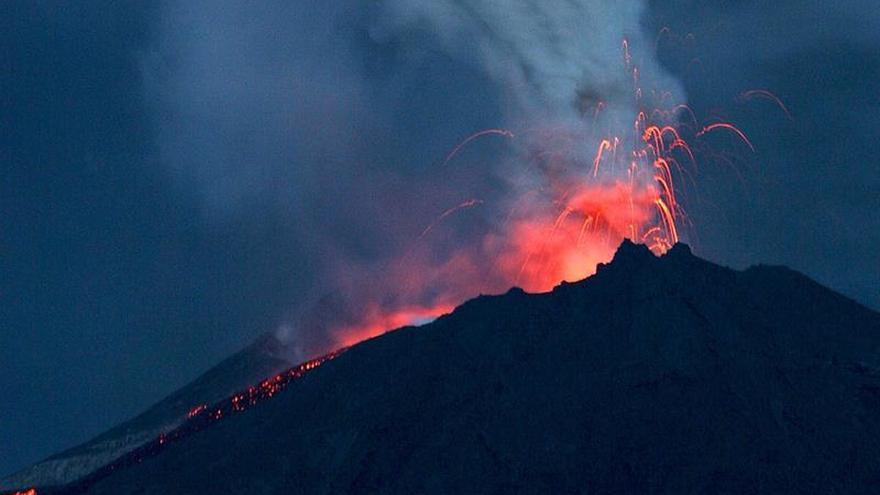 Actividad del volcán ecuatoriano Reventador alta con incandescencia en su cráter