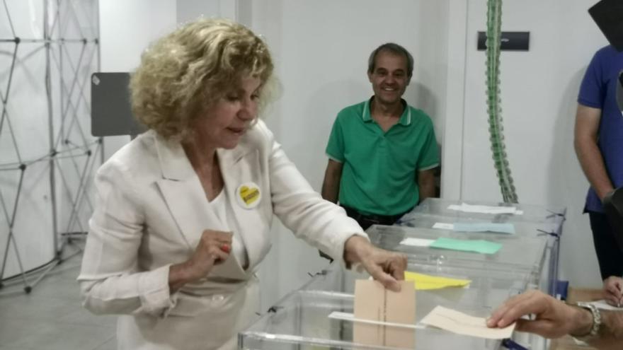 La candidata de CC-UxGC a la Alcaldía de Las Palmas de Gran Canaria, Nardy Barrios, vota este 26M.
