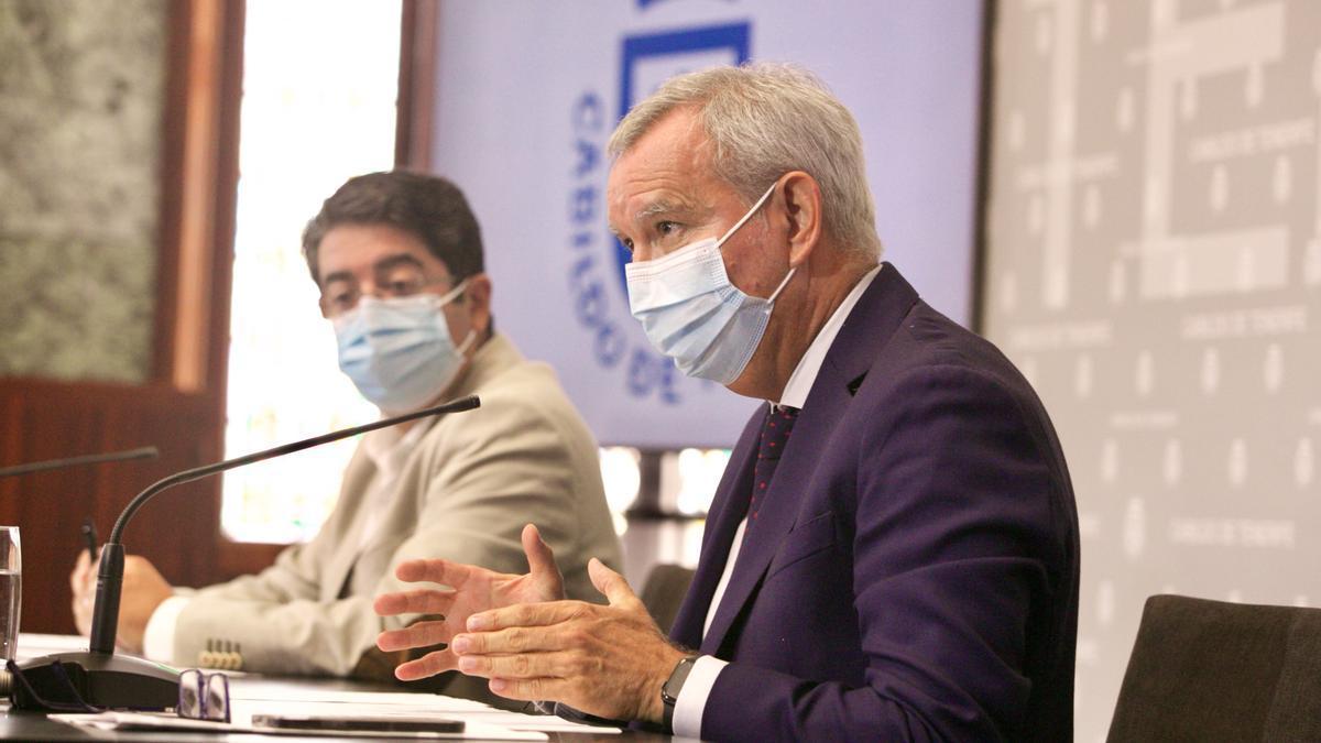Pedro Martín, al fondo, y Sebastián Franquis, durante la rueda de prensa conjunta de este viernes