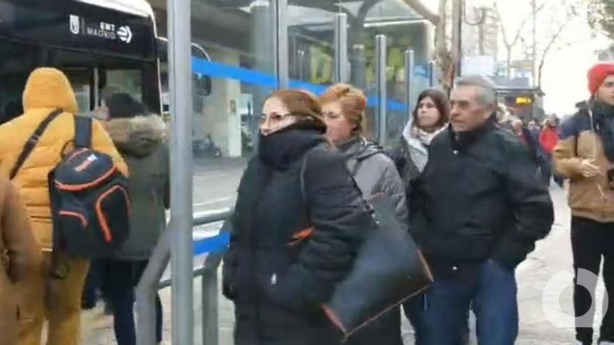 Colas de hasta una hora para coger el servicio especial de bus por el cierre de la línea 4 de Metro: