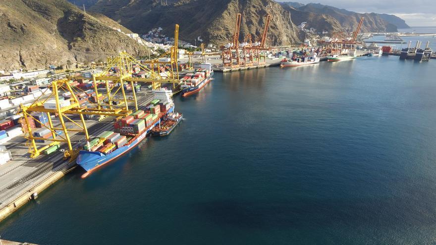 Zona de atraque de buques portacontenedores, en Santa Cruz