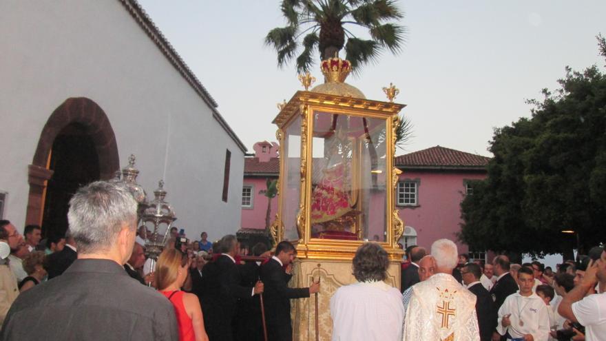 La Virgen de las Nieves en el momento de entrar en el templo de La Encarnación. Foto: LUZ RODRÍGUEZ