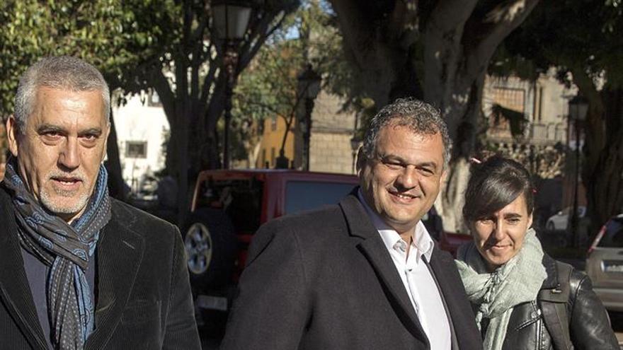 José Alberto Díaz, alcalde, flanqueado por Juan Manuel Castañeda, líder de CC en La Laguna, camino de su cita con la jueza
