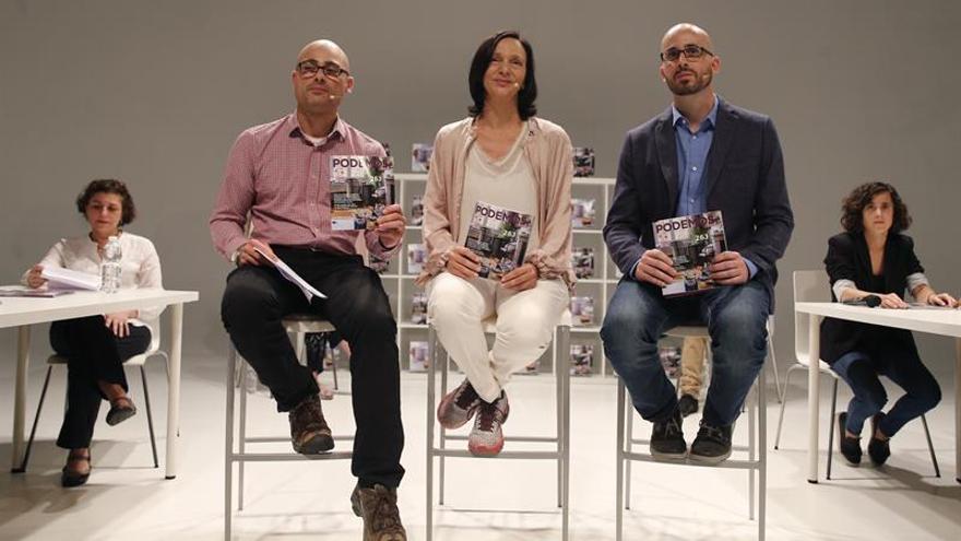 Carolina Bescansa, Nacho Álvarez (a su izquierda) y Txema Guijarro (a su derecha), en la presentación del programa.