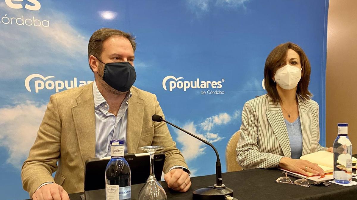 El presidente del PP de Córdoba, Adolfo Molina, y la secretaria general, Luisa Ceballos, este sábado en el Comité Provincial.