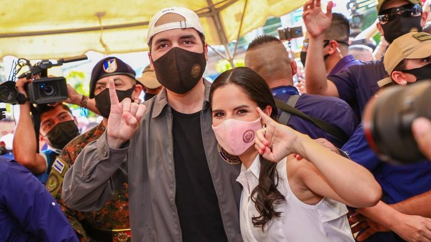 """La única definición del presidente salvadoreño en su Twitter es """"Papá de Layla"""". Layla nació en 2019, y su mamá, y Primera Dama -en la foto con su esposo en la jornada electoral del domingo-, es Gabriela Rodríguez, educadora, psicóloga y bailarina"""