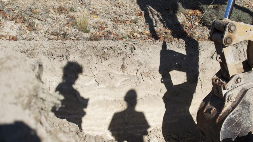 Las excavadoras trabajan para recuperar los restos de los maestros de Soria / FOTO: Daniel Rodríguez Castro