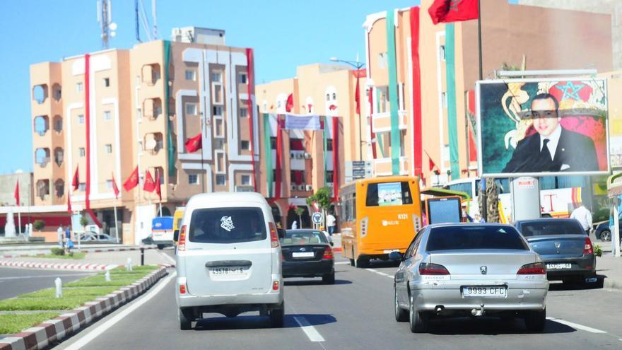 El Aaiún, con las calles repletas de banderas marroquís y carteles de Mohamed VI. / Foto cedida por Nazha El Khalidi, de Equipe Media.