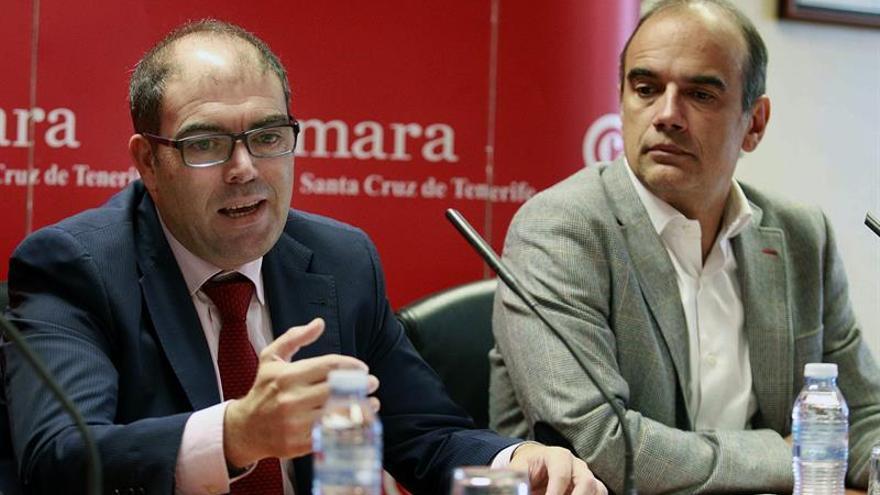 El presidente de ATA, Lorenzo Amor (i), presentó un informe sobre la creación de empleo por parte de los autónomos en Canarias desde diciembre de 2011. EFE/Cristóbal García