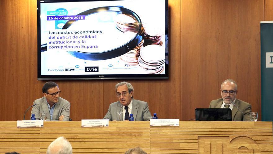 Fernando Jiménez, Francisco Pérez y Francisco Alcalá durante la presentación del informe 'Los costes económicos del déficit de calidad institucional y la corrupción en España'