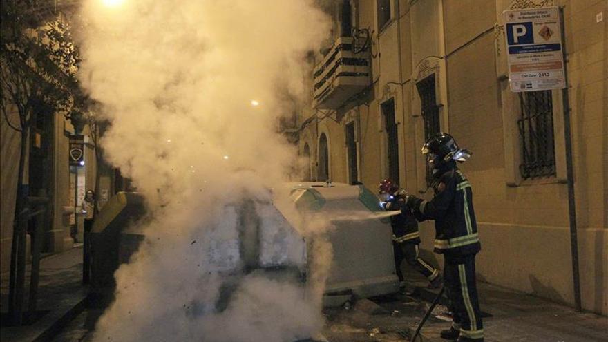 Rompen vidrios de bancos y queman contenedores en protesta contra un desalojo
