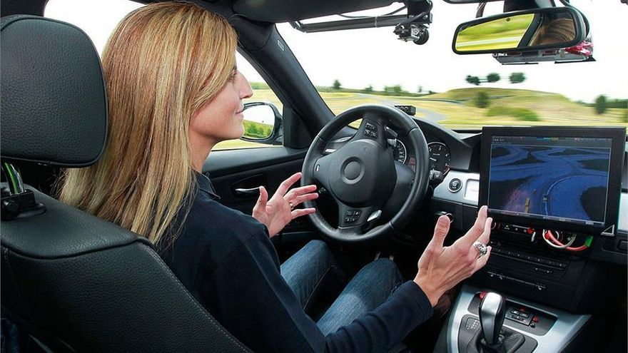 En el nivel 3, el coche puede decidir cambiar de carril, frenar para evitar una colisión con otro vehículo y demás.