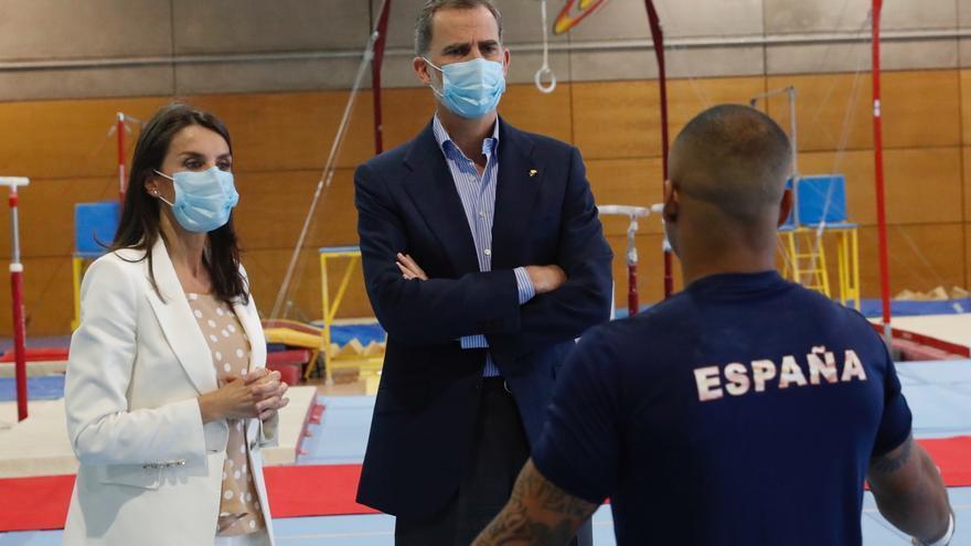 Los reyes hablan con el gimnasta Ray Zapata en una visita al Centro de Alto Rendimiento en el CSD el lunes.