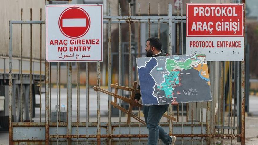 Cientos de refugiados sirios viajan a la frontera griega esperando pasar