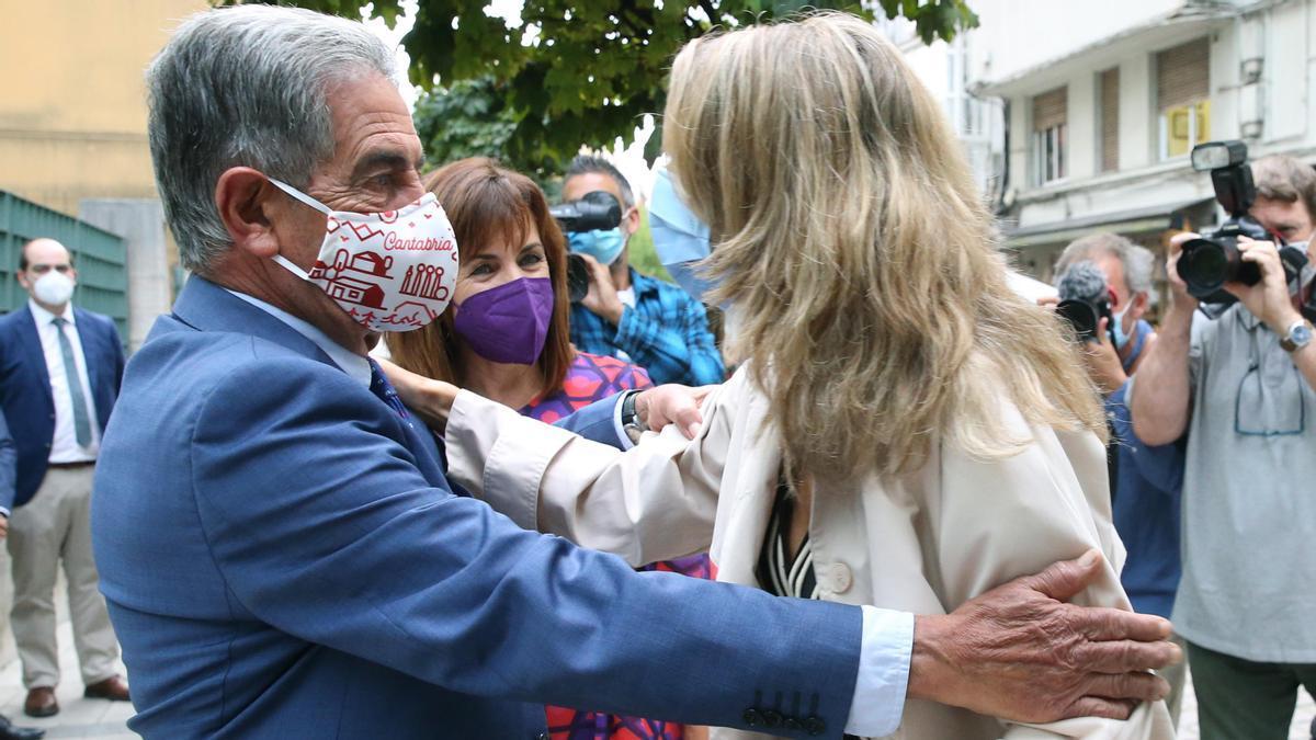 El presidente de Cantabria salió a la calle a recibir a la ministra de Trabajo.