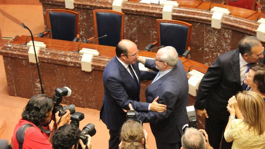 El presidente de la Región de Murcia saluda a Mendoza, de la UCAM / PSS
