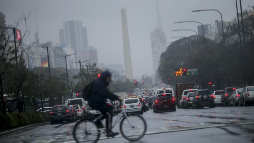 El temporal en Buenos Aires provoca cancelaciones de vuelos y partidos de fútbol