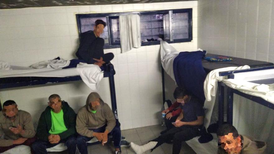 Varios reclusos en una de las celdas del CIE de Zapadores.