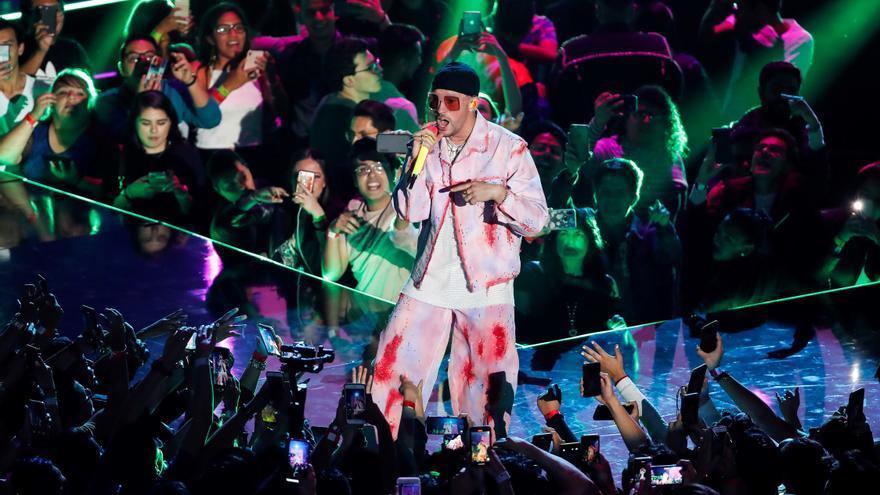 """Bad Bunny lanza el tema """"100 Millones"""" junto a su compatriota Luar La L"""