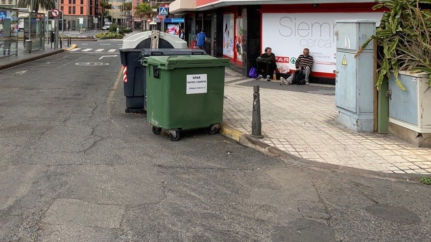 Dos personas sin hogar en la calle Cervantes de Las Palmas de Gran Canaria, junto a la trasera de un supermercado, durante el Estado de Alarma.