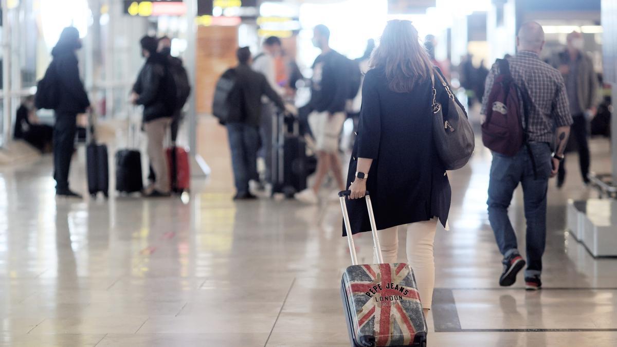 Viajeros en el aeropuerto de Madrid.